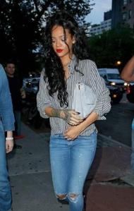 Rihanna-enjoys-Italian-dinn