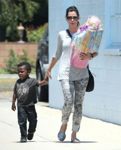 Sandra-Bullock-Celebrates-B'day-With-Friends