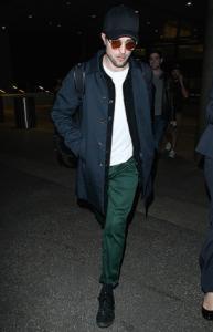 Pattinson-avoids-shutterbug